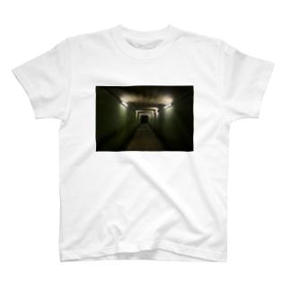 地下へ T-shirts