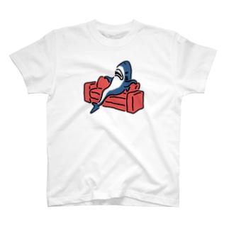 態度がデカいサメ T-shirts