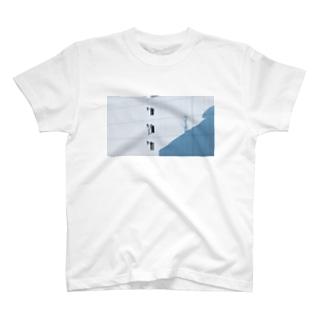 ビルの影 T-shirts