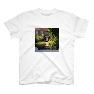 春のロンドンのドア T-shirts