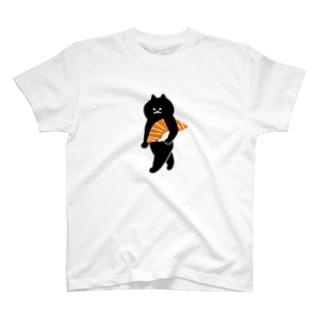 【中】サーモンの握り寿司をかっこよく持ち運ぶ猫 T-shirts