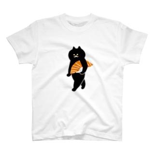 サーモンの握り寿司をかっこよく持ち運ぶ猫(大) T-shirts