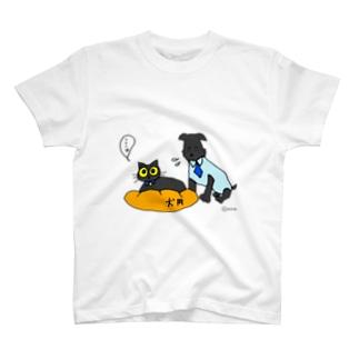 猫にベッドを取られる犬 T-shirts