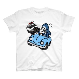 逃げるサメ T-shirts