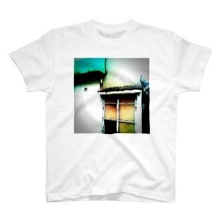 窓。 T-shirts