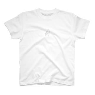 【モノクロ】にんじんに寄りかかるウサギ T-shirts