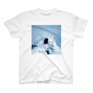 波に捲かれる人 T-shirts