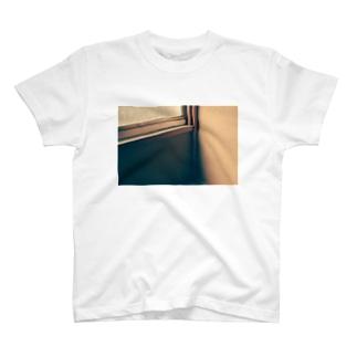 部屋の隅では T-shirts