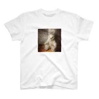 白うさぎ【赤目】 T-shirts
