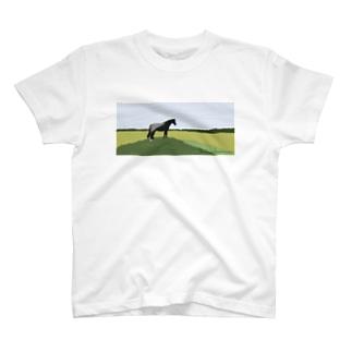佇む馬 T-shirts