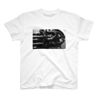 強そうなパイプ(モノクロ) T-shirts