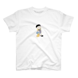 物思いにふける男の子 T-shirts