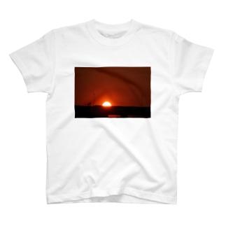 高速の上に登る朝陽 T-shirts