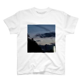 夕暮れの三日月 T-shirts