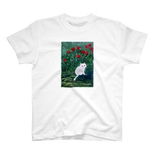 「赤い薔薇咲く庭の、優しい目をした白い猫」 T-shirts