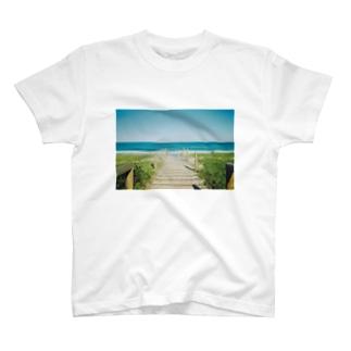 海へと続く道 T-shirts