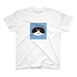 お茶目ブサカワフェイスの白黒ハチワレ猫 T-shirts
