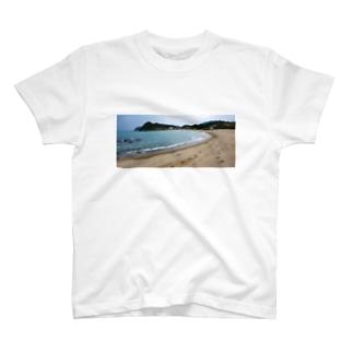 曇りの日の糸島の砂浜 T-shirts