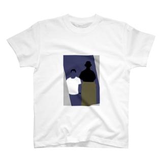青年と銅像1 T-shirts