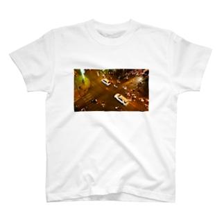 ホーチミンの夜の交差点 T-shirts