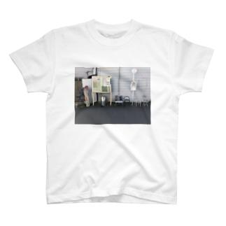 バスの停留所に集まったイスTシャツ T-shirts