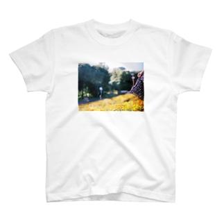 (1)マリーゴールドと揺れるスカート T-shirts
