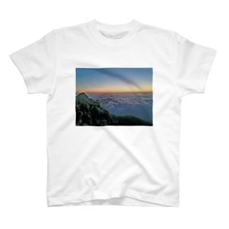 夜明け前 雲海 T-shirts