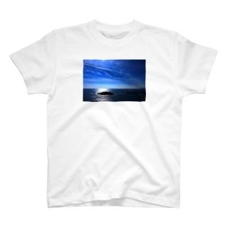 夏の空と飛行機雲 Tシャツ