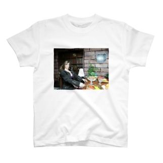 FUCHSGOLDのドール写真:ギルドで食事中の美人冒険者 Doll picture: Beauty adventurer in Guild T-shirts