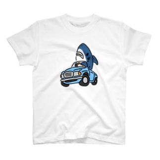 古めのくるまに乗るサメ T-shirts