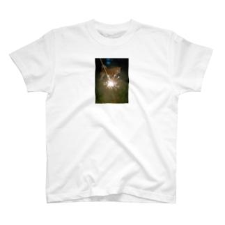 花火の向こうに犬 T-shirts