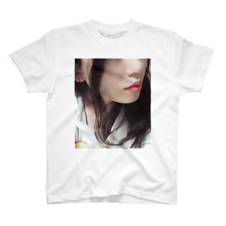 寝る前の彼女 T-shirts