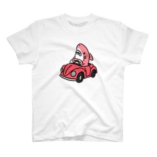 運転を覚えたピンクのサメ T-shirts