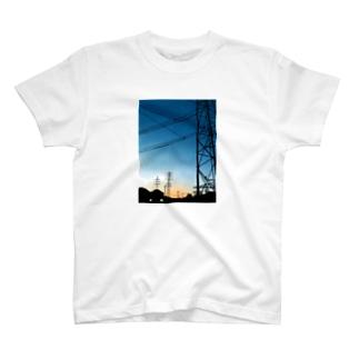 夕暮れの鉄塔 T-shirts
