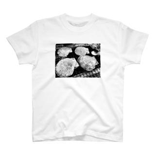 kanchan_marukoのホタテの炭焼きくん T-shirts
