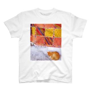 ひつじのアトリエ【公式】のモロッコのお昼寝猫さん T-shirts