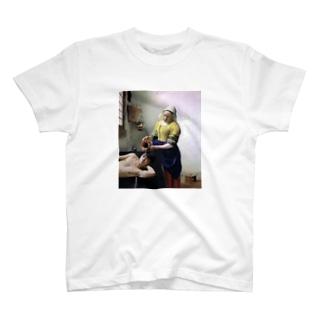 牛乳を注がれる男 T-shirts