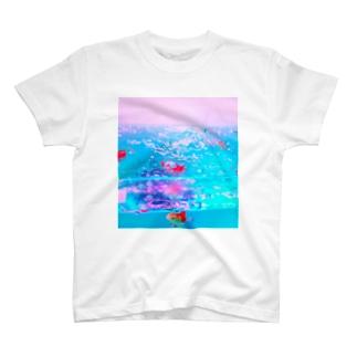 胸に金魚鉢を抱える T-Shirt