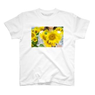 ひまわり畑と私 T-shirts