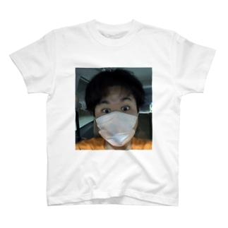 目めっちゃ開いてる人 T-shirts