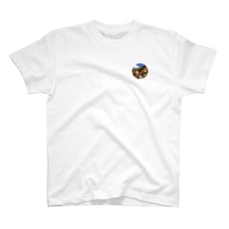 犬のステッカーが貼られたレンガ T-shirts
