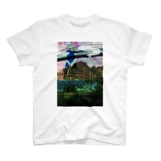 川に行って高速道路を走る道を見つめていた T-shirts