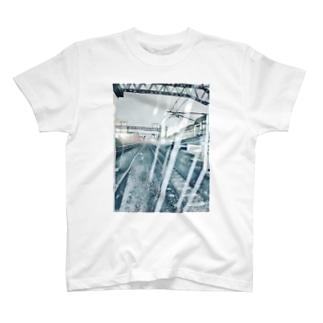 雨降り頻る駅 T-shirts