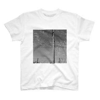 水色洞の電柱 T-shirts