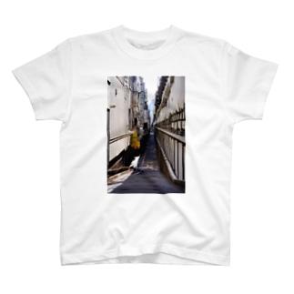 路地裏の先 T-shirts