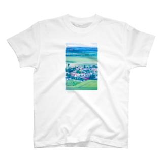 三角屋根の家と緑 風景  T-shirts