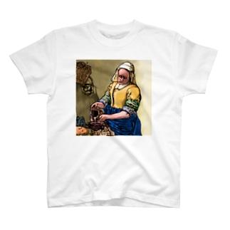 牛乳を注ぐ女プレーン T-shirts