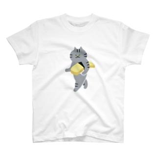 玉子の握り寿司をのんびり持ち運ぶ猫(大) T-shirts