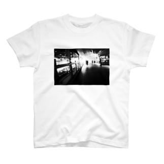 歩道橋 T-shirts
