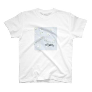 野原で寝る犬 T-shirts